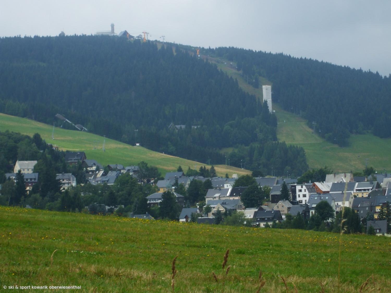 Oberwiesenthal - Blick über die Stadt zum Fichtelberg (c) Ski und Sport Jana Kowarik Oberwiesenthal