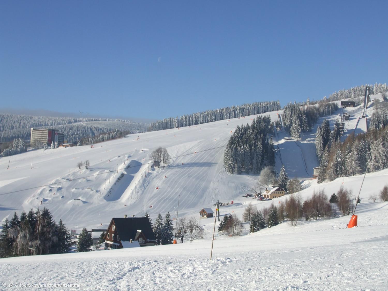 Blick auf die Sprungschanzen und die Skilifte in Oberwiesenthal (c) Ski und Sport Jana Kowarik Oberwiesenthal
