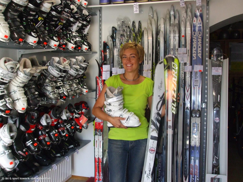 Unsere Chefin! Jana Kowarik im Ladengeschäft Breite Gasse Oberwiesenthal (c) Ski und Sport Jana Kowarik Oberwiesenthal