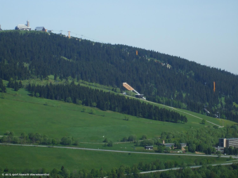 Fichtelberg und Sprungschanzen in Oberwiesenthal - von Bozi Dar aus gesehen (c) Ski und Sport Jana Kowarik Oberwiesenthal