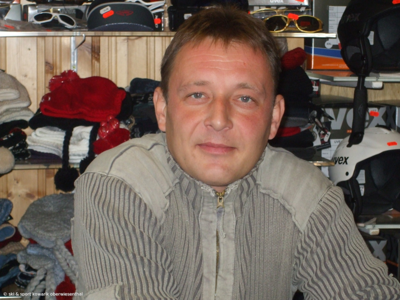 Gehört zur Chefin und hilft überall: Ulf Arnold (c) Ski und Sport Jana Kowarik Oberwiesenthal