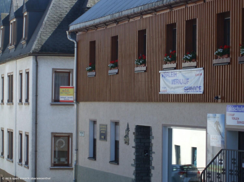 """Blick auf das Sportgeschäft """"Ski und Sport Kowarik"""" in der Breiten Gasse Oberwiesenthal (c) Ski und Sport Jana Kowarik Oberwiesenthal"""