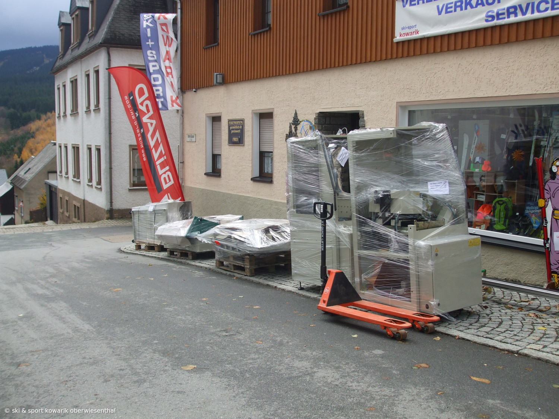 Anlieferung unserer neuen SkiService Maschine  (c) Ski und Sport Jana Kowarik Oberwiesenthal